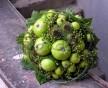 Netradiční svatební kytice z jablíček, bezinek a bodláků
