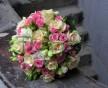Romantická svatební kytice z růží, mini růžiček a frézií