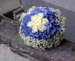 Zajímavá svatební kytice bílých růží, modré hortenzie a nevěstina závoje
