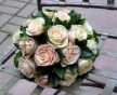 Kytice krémových růží v kombinaci se zelení