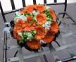Kulatá svatební kytice z oranžových gerber a bílých frézií