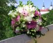 Kombinovaná svatební kytice bílých frézií a růžové Eustoma