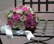 Kulatá svatební kytice z krémový a růžových růží doplněných minirůžičkami