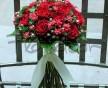 Jemná svatební kytice z růží El toro a květin Bouvardie