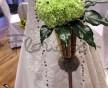 Kulatá svatební kytice ze zelených karafiátů a závěsem černých korálků