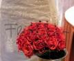 Jemná svatební kytice rudých růží El toro v síti rudých korálků
