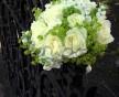 romantická svatební kytice smetanových růží, květů Mathiola a Alchemilla
