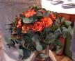 Jemná svatební kytice oranžových růží, eucalyptu a korálků
