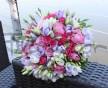Decentní svatební kytice z růžových růží, růžové Eustoma a lila frézií