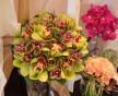 Netradiční svatební kytice z květů orchideje Cymbidium a makovice