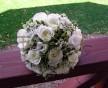 Romantická svatební kytice z bílých růží, jemných voňavých kvítků Wax a zeleně Pitosporum