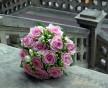 Kulatá svatební kytice z růžových růží Heaven a bílých Fresia