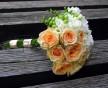 Zajímavá vazba svatební kytice z lososových růží a bílých frésií