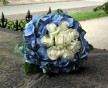 Elegantní svatební kytice tvořená středem bílých růží Akito a lemem modré hortenzie Hydrangea