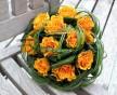 Kulatá svatební kytice z drobných oranžových růží Sphinx a obloučků z trávy Beargrass