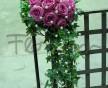 Kytice, kde do převisu je použit jen břečťan a korálky ze siťky, která je na celé kytici z růžových růží