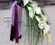 Elegantní převislá kytice přes ruku z trávy Beargrass a bílých kal