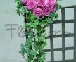 Jednoduchá převislá svatební kytice z růžových růží a propletených proutků břečťanu