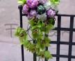 Extravagantní převislá svatební kytice z růžových pivoněk a zelených květů orcheje Cymbidium